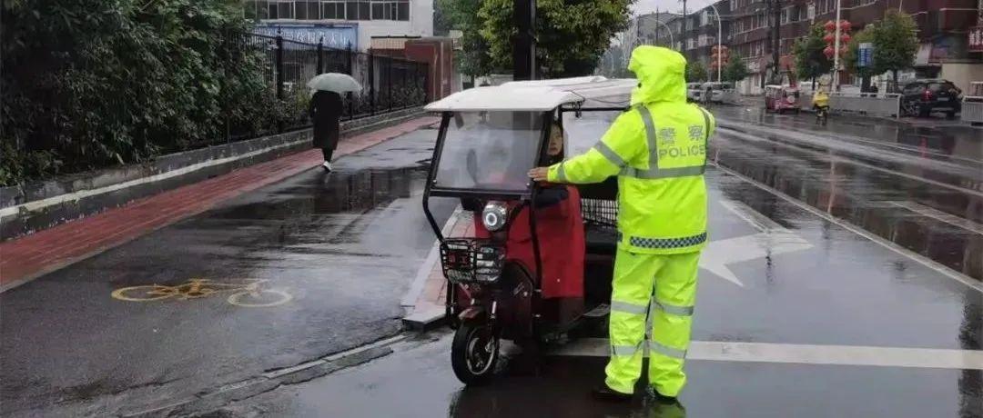 阴雨天,长葛交警交通秩序整治进行时!