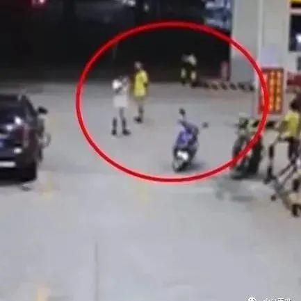 揭阳一加油站拒绝给无牌摩托加油,男子闹事,结果...
