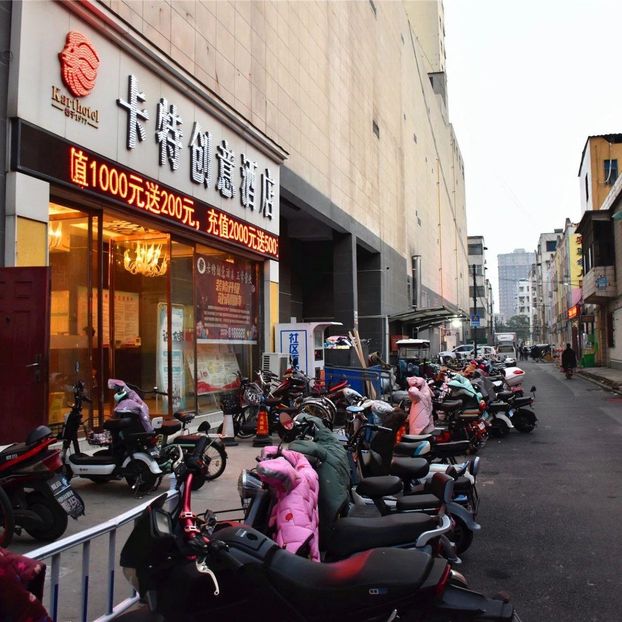 长葛一峰城市广场沿路不再设机动车位,扩建人行通道!方便通行