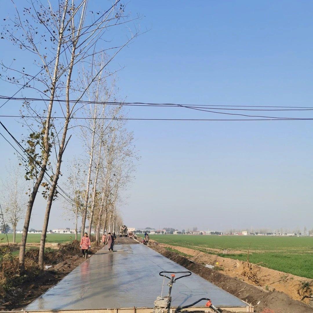 长葛坡胡镇这村200多户人筹资85万,4天修好3条出村路!